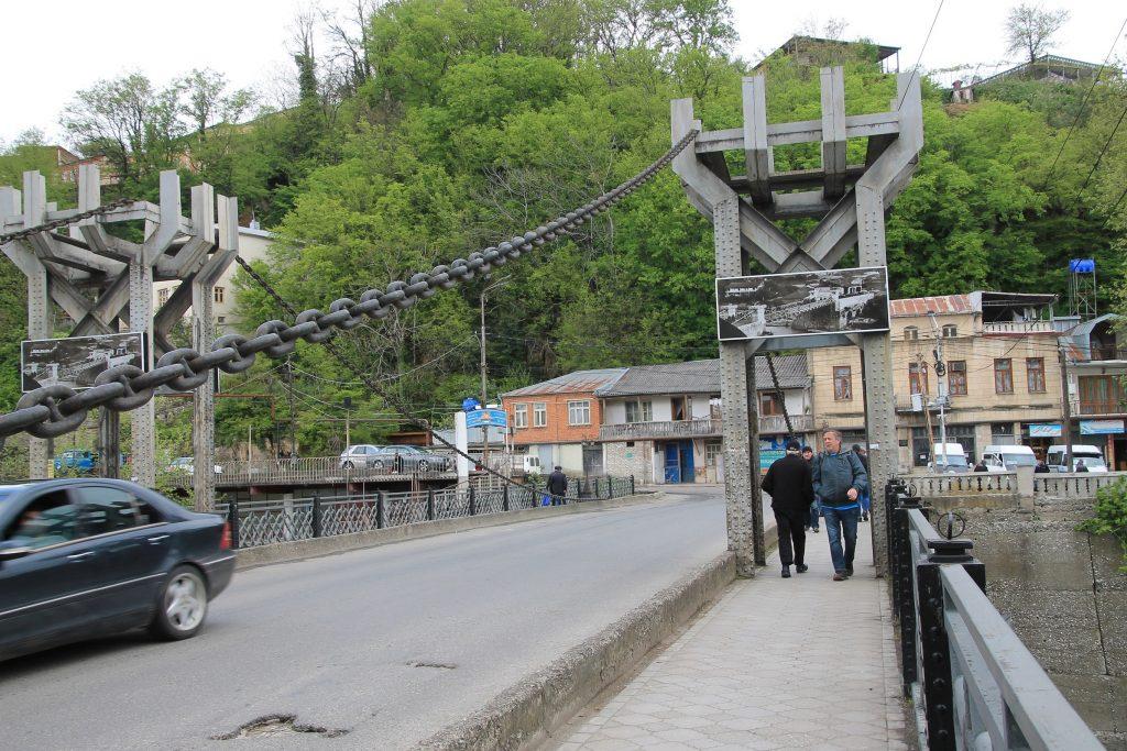 Jachvis  Khidi - Chain Bridge