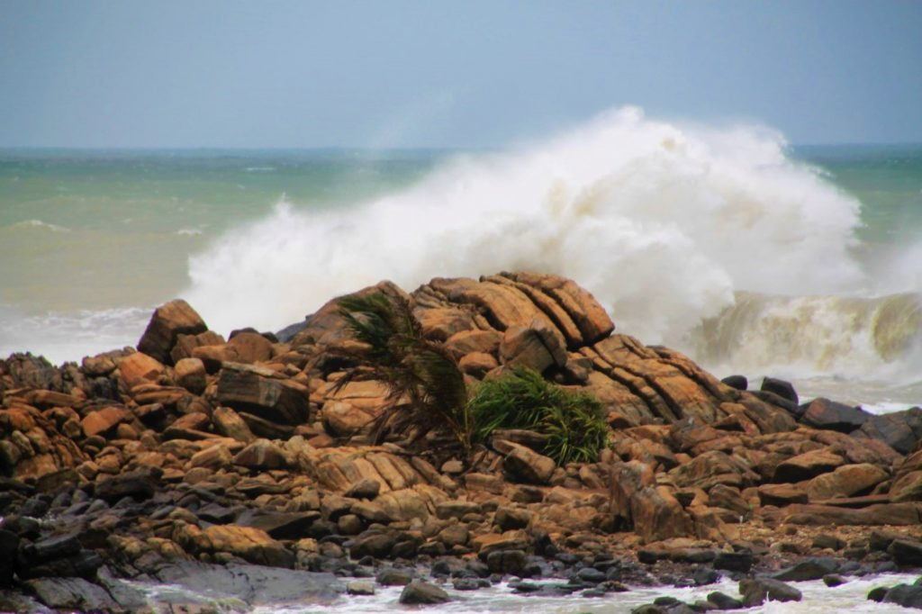 Heavy waves at Galle Fort